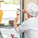 Pessoas em uma sorveteria, representando como abrir uma sorveteria - Abertura Simples