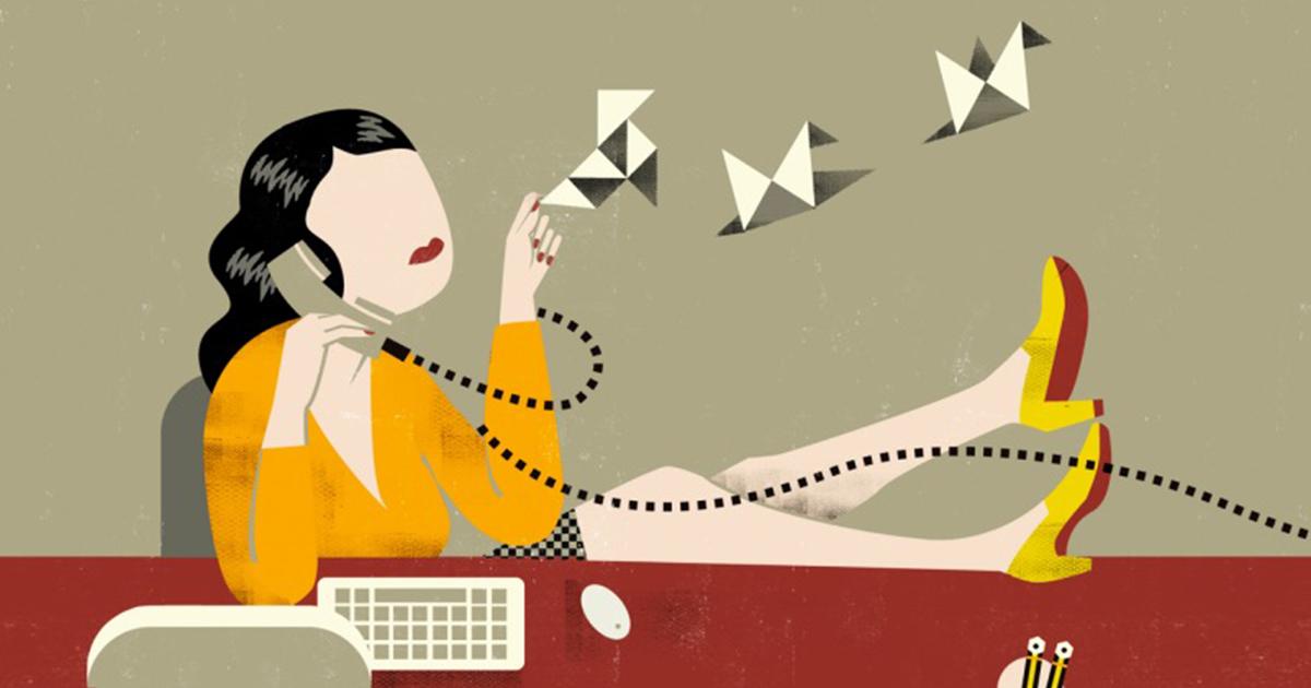 Desenho de uma mulher arremessando origamis de papel enquanto fala no telefone, representando os hábitos que podem destruir sua produtividade