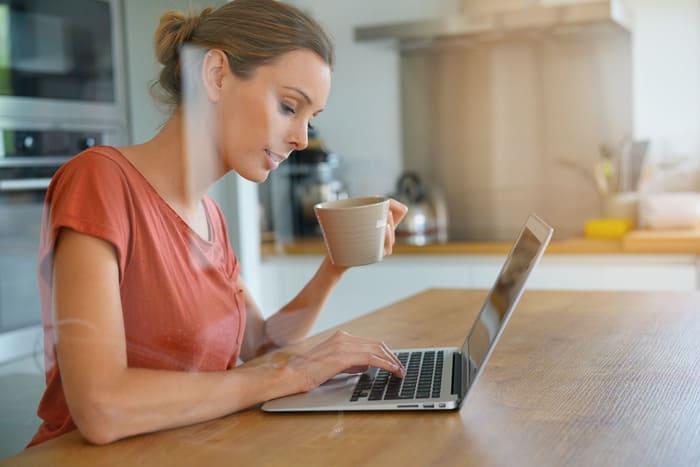 Mulher com notebook, representando empreender em Diadema - Abertura Simples
