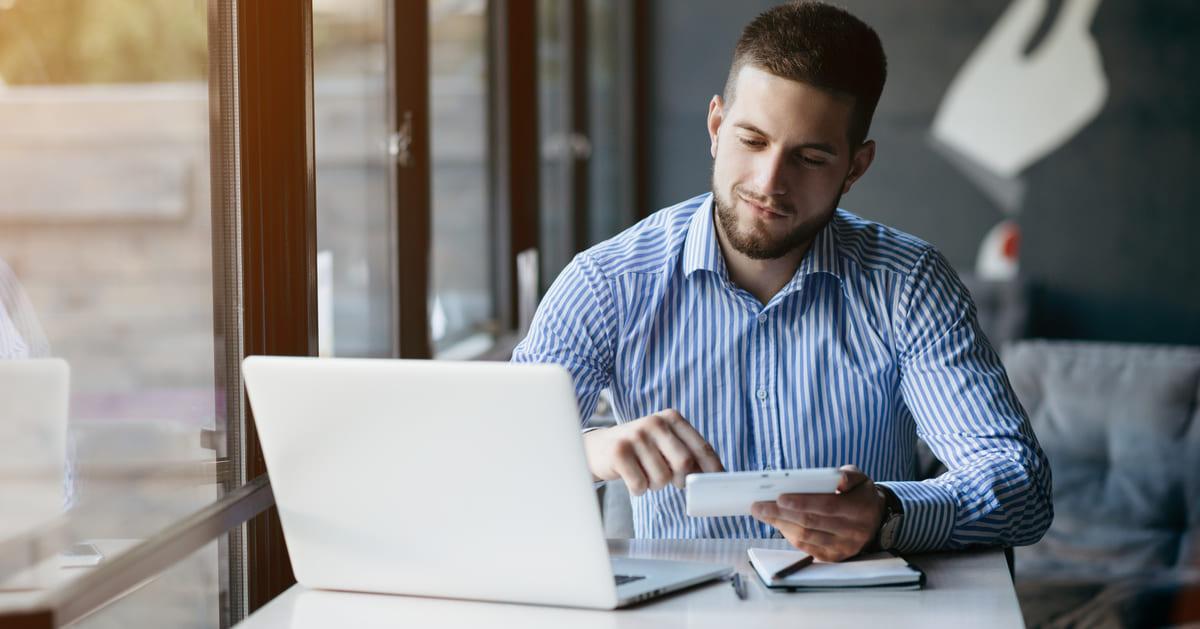 Homem com um notebook, representando como empreender em Hortolândia - Abertura Simples