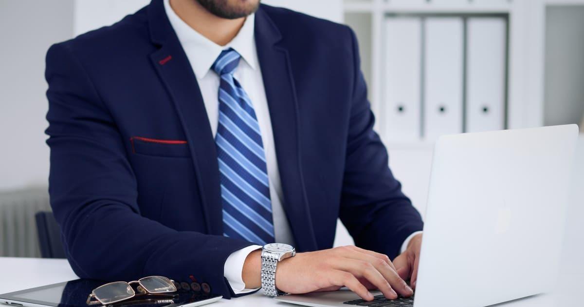Homem com notebook, representando empreender em Ipatinga - Abertura Simples