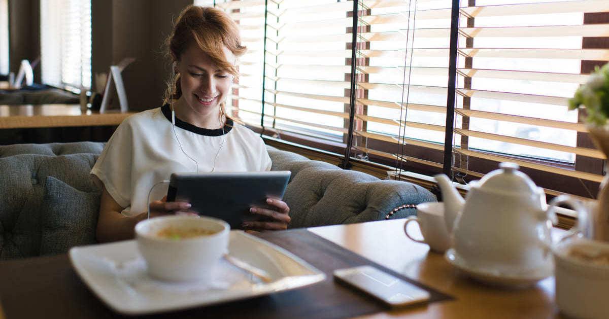 Mulher com tablet, representando empreender em Jundiaí - Abertura Simples
