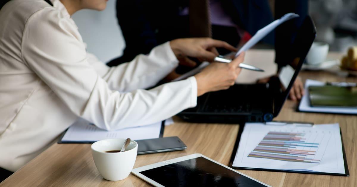 Mulher com notebook, representando empreender em Montes Claros - Abertura Simples