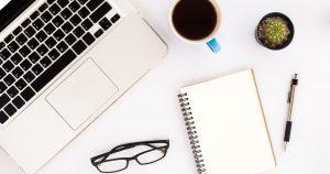 Notebook, óculos, caderno, xícara e caneta, representando empreender em Paço do Lumiar - Abertura Simples