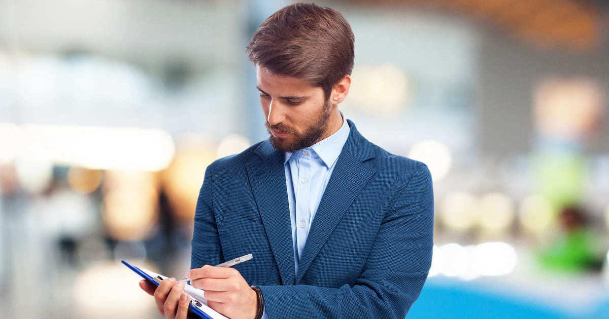 Homem com caderno, representando empreender em Pinhais - Abertura Simples
