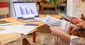 Notebook e planejamentos, representando empreender em Santana do Ipanema - Abertura Simples