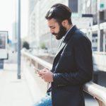 Homem mexendo no celular, representando como empreender em São Paulo - Abertura Simples