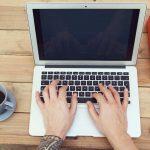 Notebook, livro, celular e xícara de café, representando empreender em Taquari - Abertura Simples