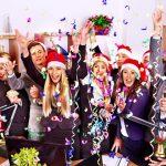 Foto de funcionários comemorando com tocas, representando o marketing no Natal