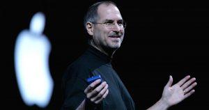 Foto do empresário Steve Jobs durante uma apresentação do iPhone, representando seus dez mandamentos