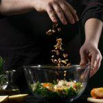 Pessoa preparando comida, representando abrir um restaurante natural - Abertura Simples