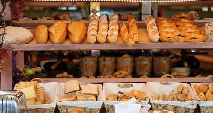 Pães em um balcão, representando como abrir uma padaria