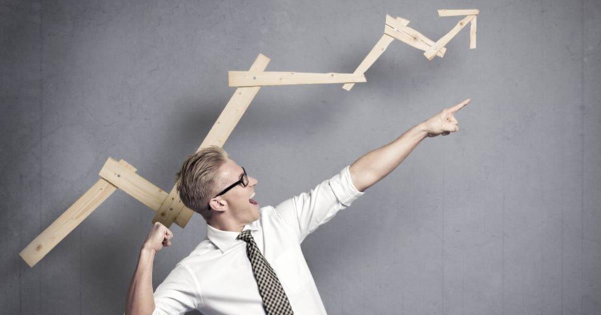 Foto de um rapaz apontando para cima representando as características do empreendedor de sucesso