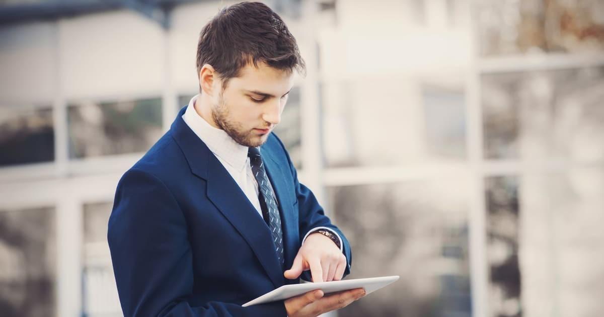 Homem com tablet, representando empreender em Ibirité - Abertura Simples