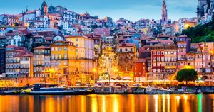 Foto de cidade iluminada a noite, representando empreender em portugal
