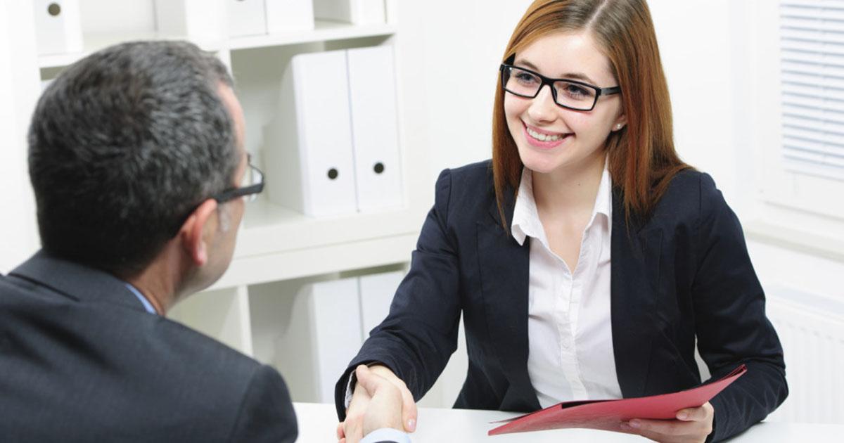 Foto de uma mulher cumprimentando um homem, representando os erros ao ser promovido
