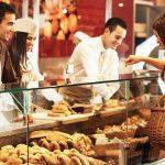 Pessoas em uma padaria, representando como abrir uma padaria - Abertura Simples