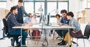 Foto de algumas pessoas sentadas à mesa de trabalho, representando as startups inovadoras