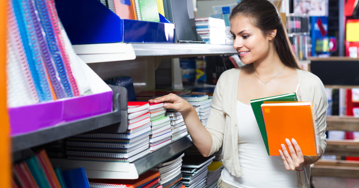 Mulher em uma papelaria, representando abrir uma papelaria - Abertura Simples