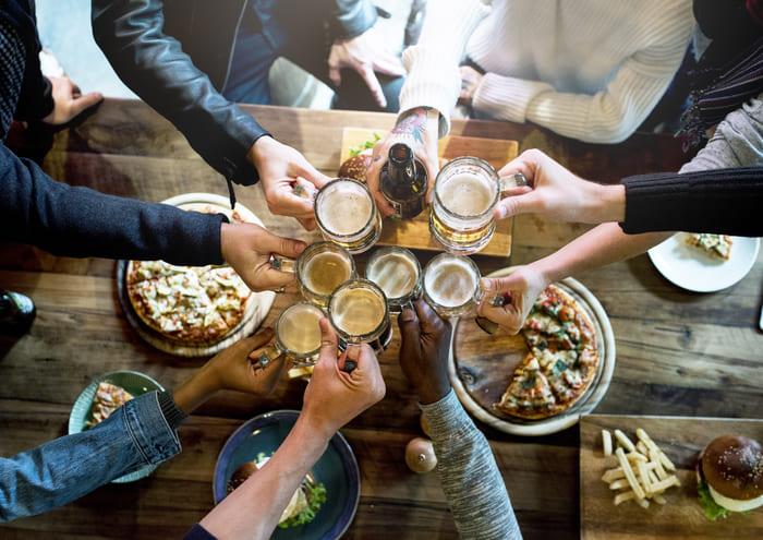 Pessoas bebendo em um bar - Abertura Simples