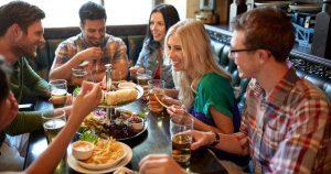 Pessoas em um bar, representando abrir um bar - Abertura Simples