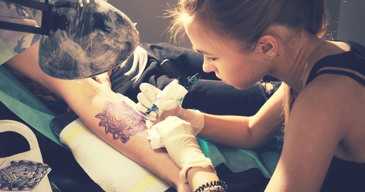 Tatuadora, representando abrir um estúdio de tatuagem - Abertura Simples