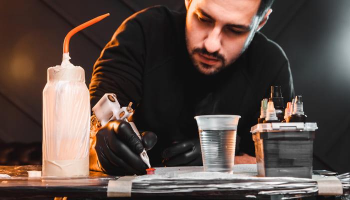 Tatuador, representando abrir um estúdio de tatuagem - Abertura Simples