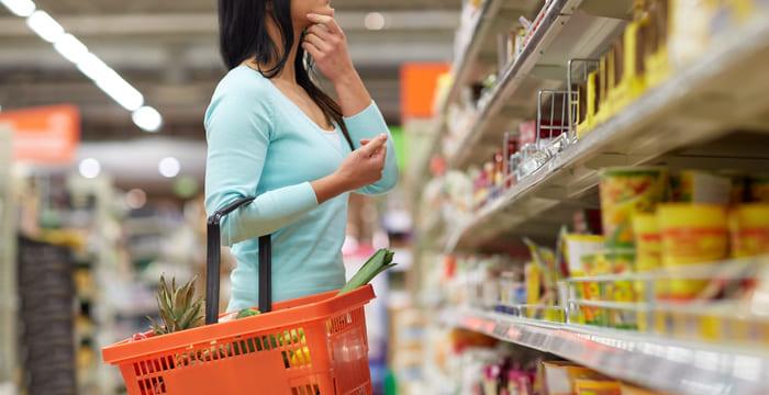Mulher fazendo compras, representando abrir um minimercado - Abertura Simples