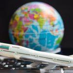 Avião de brinquedo e globo terrestre, representando abrir uma agência de viagens e turismo - Abertura Simples
