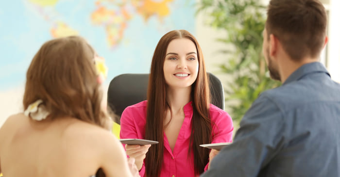 Pessoas em uma agência de viagens, representando abrir uma agência de viagens e turismo - Abertura Simples