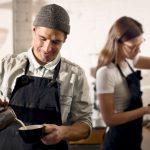 Pessoas fazendo café, representando abrir uma cafeteria - Abertura Simples