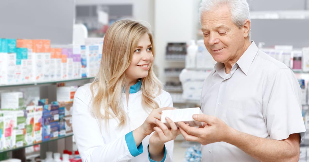 Pessoas em uma farmácia, representando abrir uma farmácia - Abertura Simples