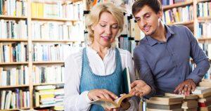 Pessoas em uma livraria, representando abrir uma livraria - Abertura Simples