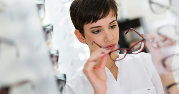 Mulher experimentando um óculos, representando abrir uma ótica - Abertura  Simples f058d36750