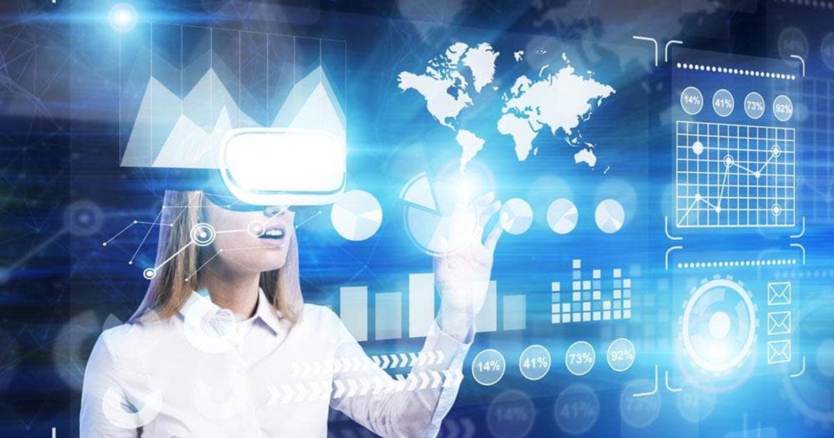 Foto de uma mulher com óculos de realidade virtual, representando uma das tecnologias revolucionárias