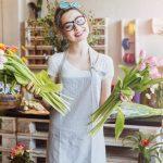 Mulher em uma floricultura, representando abrir uma floricultura - Abertura Simples
