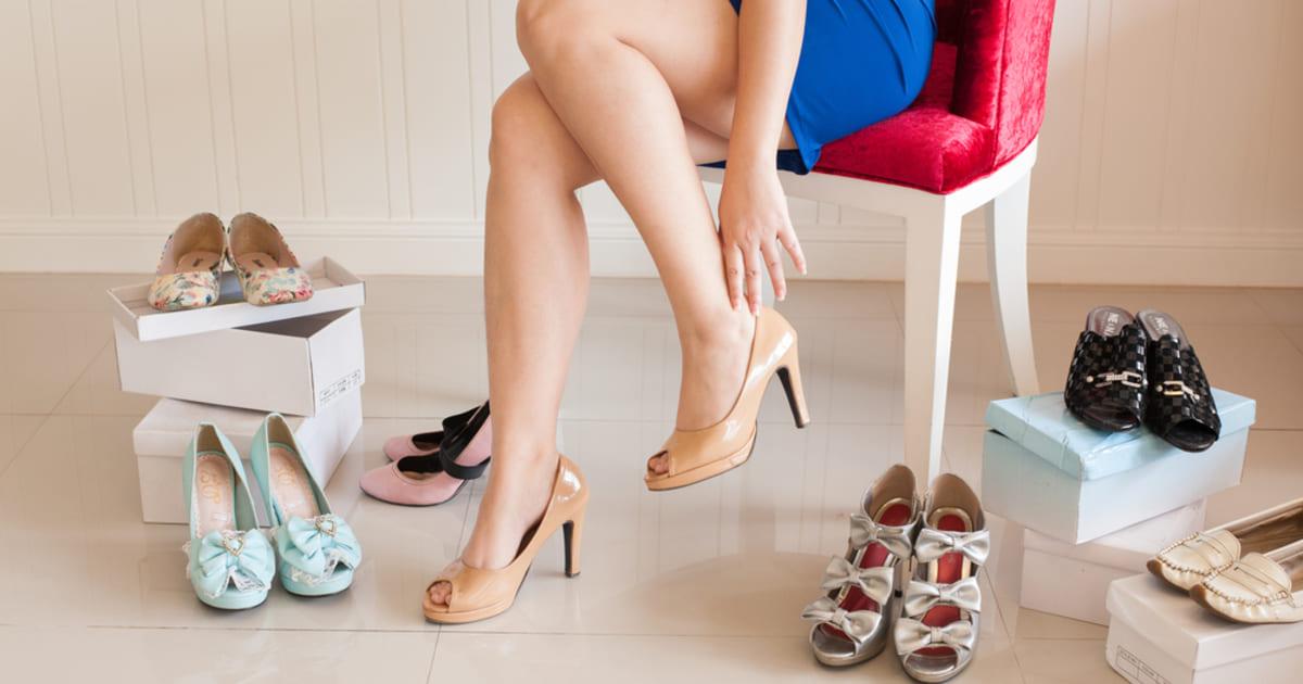 Mulher experimentando sapatos, representando abrir uma loja de calçados - Abertura Simples