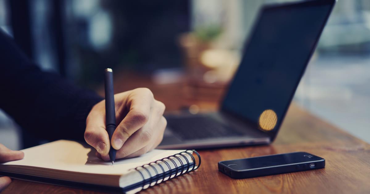 Notebook, representando empreender em Goiânia - Abertura Simples