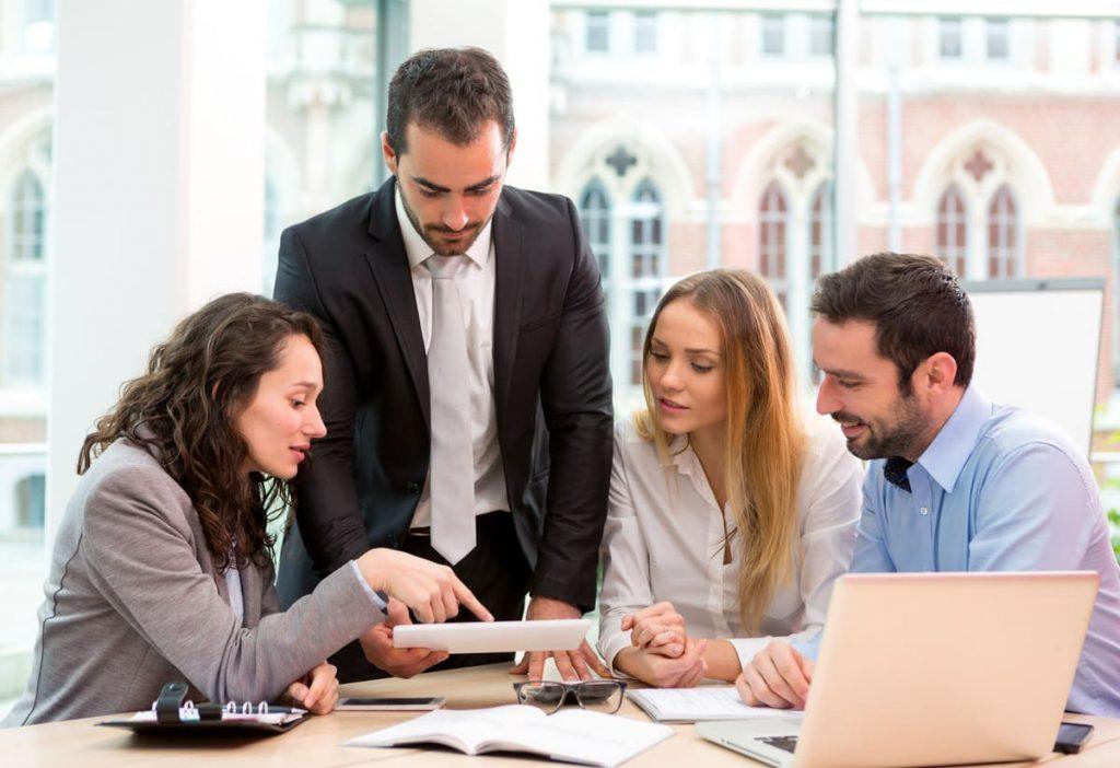 Foto de algumas pessoas conversando, representando escritório de contabilidade em campina grande