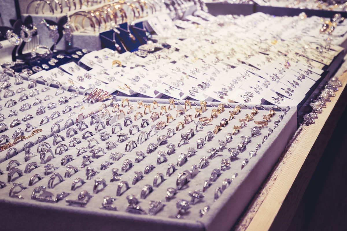 Foto de vários anéis representando como abrir uma loja de bijuterias