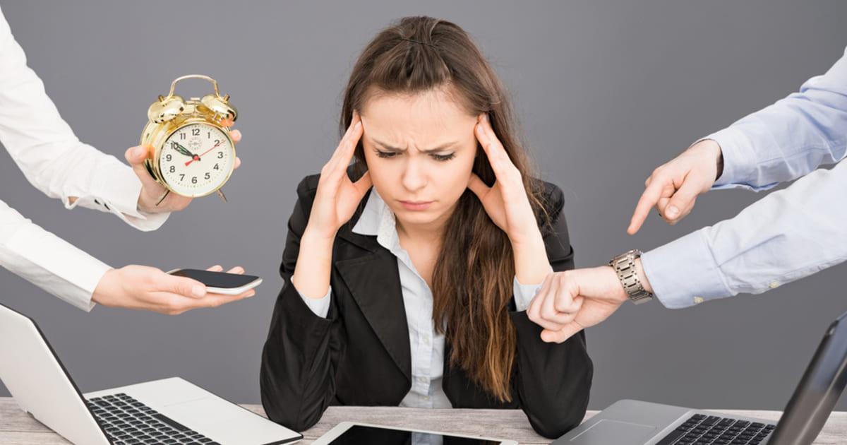 Foto de uma mulher estressada por conta do profissional multitarefa