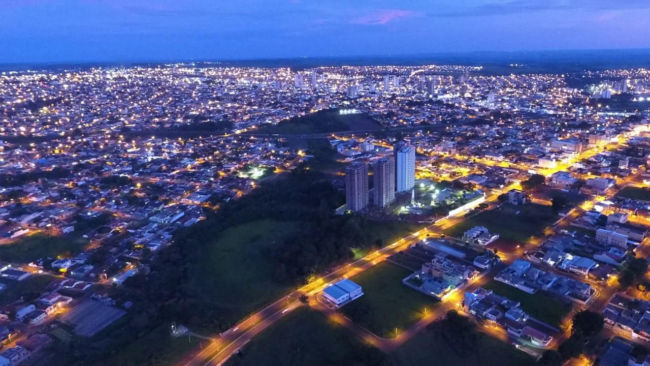 Foto da cidade durante a noite, representando como abrir empresa em Rio Verde