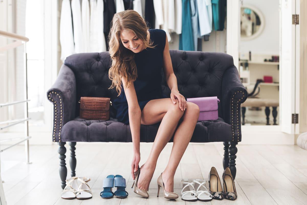 Foto de uma mulher experimentando sapatos, representando como abrir uma sapataria