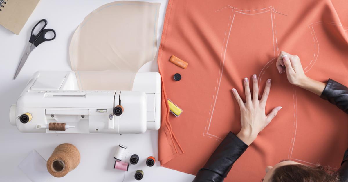 Foto de cima de uma máquina de costura, representando como abrir um atelier de costura