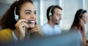 foto de uma atendente sorrindo, representando como abrir um call center