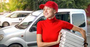 foto de uma mulher entregadora, representando como abrir um delivery de comida