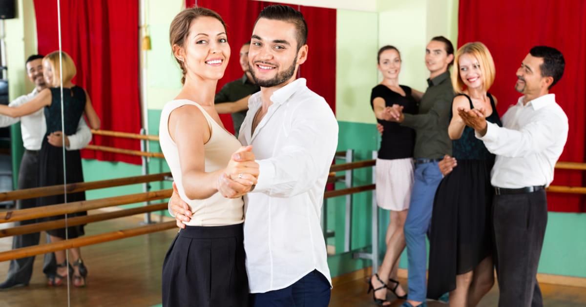 foto de várias pessoas dançando, representando como abrir uma escola de dança