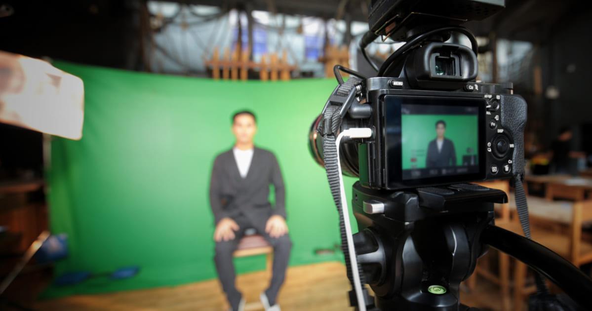 Foto de uma pessoa sendo gravada em câmera, representando como abrir uma produtora audiovisual