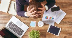 foto de um homem com a mão na cabeça em sinal de frustração, representando os erros de marketing