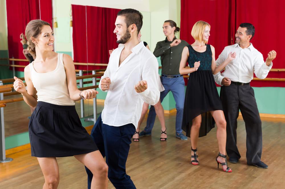 foto de algumas pessoas dançando juntas, representando como abrir uma escola de dança